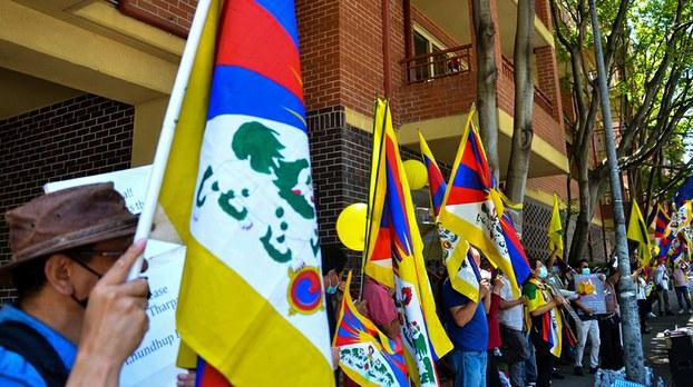 11月20日在中国驻悉尼总领事馆前示威的藏人和支持者(丹珍摄)