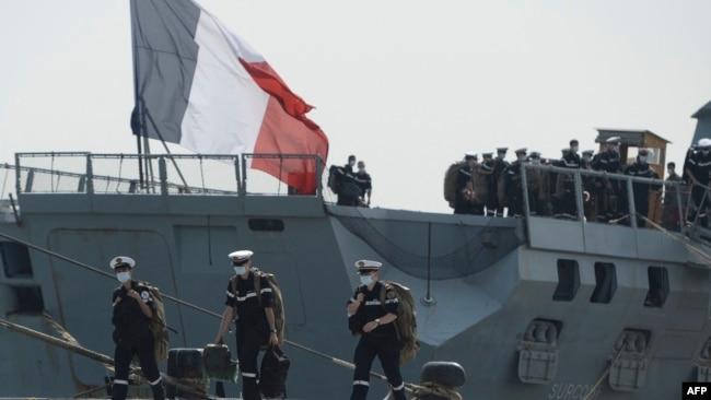 法国海军Surcouf号护卫舰的水手抵达印度科钦港准备参加联合军演。(2021年3月30日)