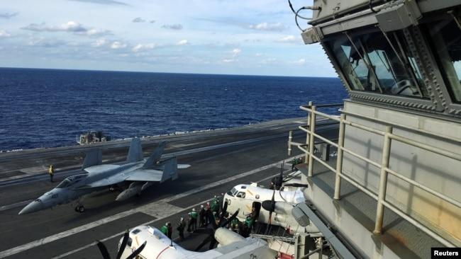 """美国海军里根号航母参加与日本海上自卫队和加拿大皇家海军在西太平洋举行的大规模""""利剑""""联合军演(路透社2018年11月3日)"""